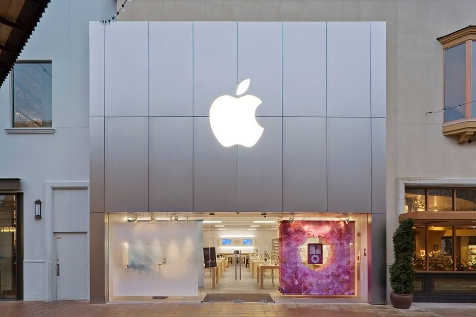 Bomb squad called to Apple Store after 'suspicious bag' found outside